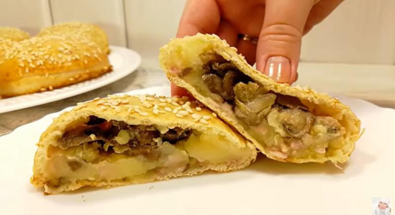 Секрет начинки – не только в грудинке: мягкие, ароматные пирожки с вкуснейшей картошечкой, а внутри нее – еще одна начинка