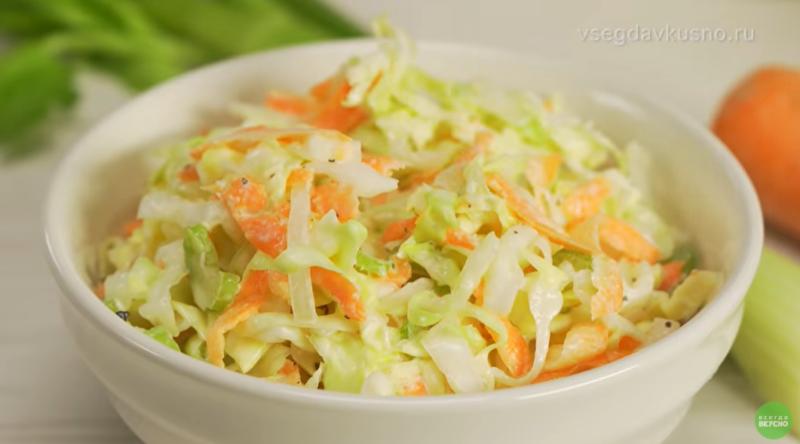 Идеи для новогоднего стола: 4 рецепта диетических салатов