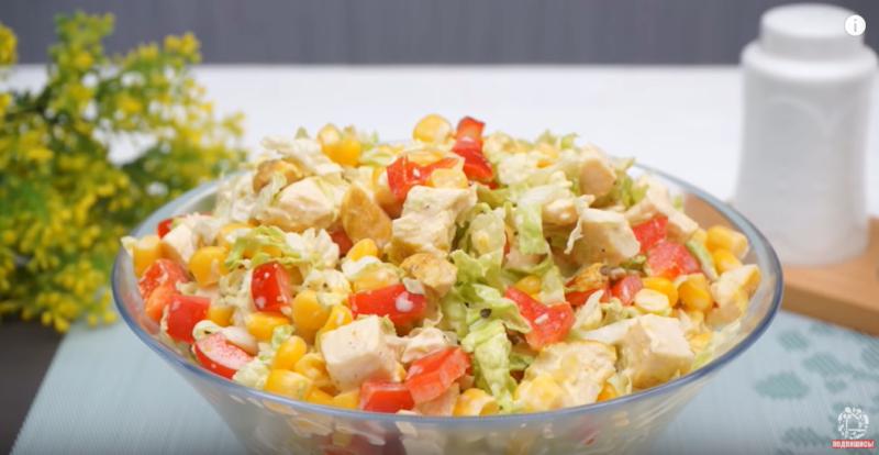 Легкий куриный салат – сочность придают пекинская капуста и сладкий перец: великолепен и для праздников, и на каждый день
