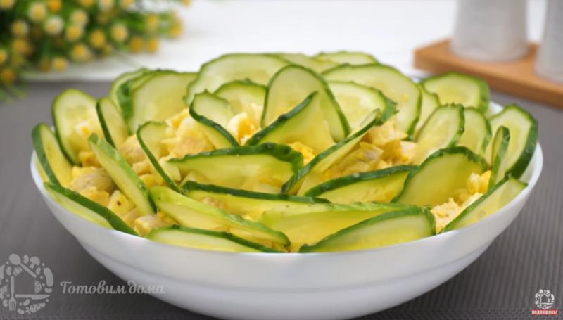 «Роза из огурцов» - вкусный, простой и аппетитный салат: его не стыдно подать и на праздничный стол