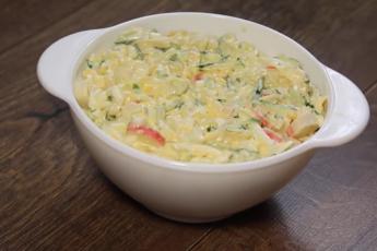 Праздничная закуска на скорую руку – салат с крабовыми палочками и майонезом