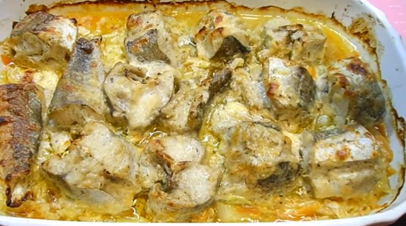 Самый сочный хек в духовке с овощами – секрет в сырно-йогуртовом соусе