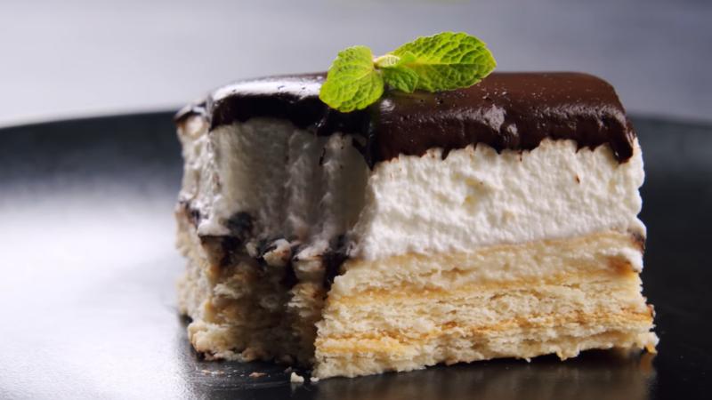 Просто окунули печенье в молоко – самый быстрый торт с двумя кремами без выпечки. Собрал и съел.