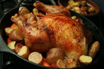 Курицу обколола шприцом со всех сторон: ароматная маринованная птица, запеченная в духовке - мое коронное блюдо
