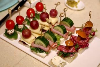 Канапе - это отличная идея для закуски на праздничный стол