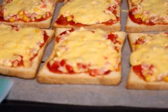 Быстрый перекус: бутерброды или мини-пицца. Очень просто и вкусно, иногда себя можно и таким побаловать.