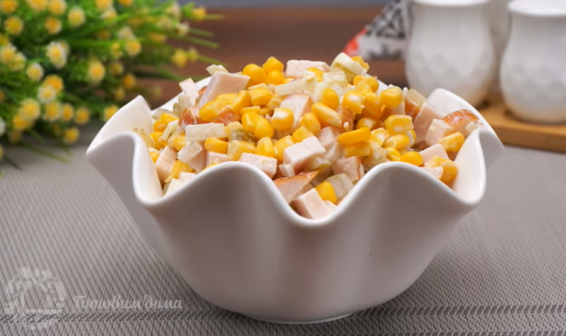 Сытная закуска за 10 минут – простой рецепт салата с копченой курицей