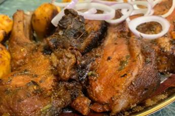 Простой рецепт мясного деликатеса: свиные стейки в духовке