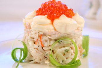 Праздничный салат с кальмарами и красной икрой