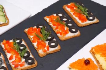 Легкие закуски на хлебцах – ведь на праздничном столе хороши не только салаты. Быстро, просто, аппетитно.