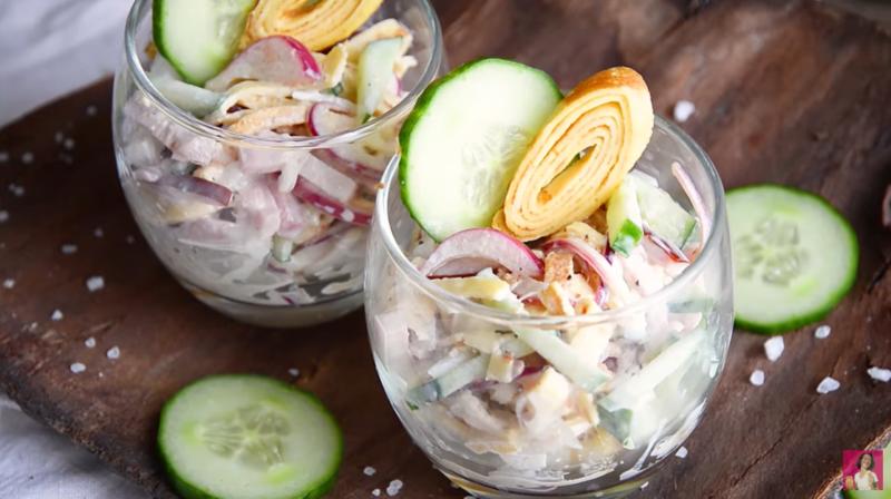 Салат с ветчиной, яичными блинчиками и маринованным луком – если перекусить, то сытно