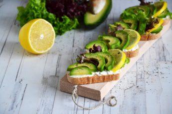 Полезный завтрак и легкий перекус: бутерброд с авокадо и сыром