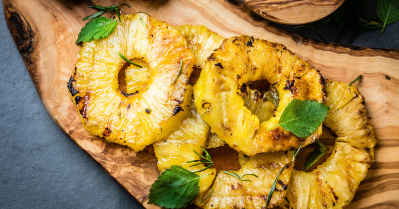 Ананас, жаренный на сковороде, и киви – отличный гарнир для мясного блюда