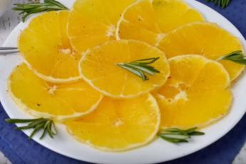 Красивый и бодрящий десерт - апельсины с корицей – быстро и вкусно (спасаем увядающие фрукты)