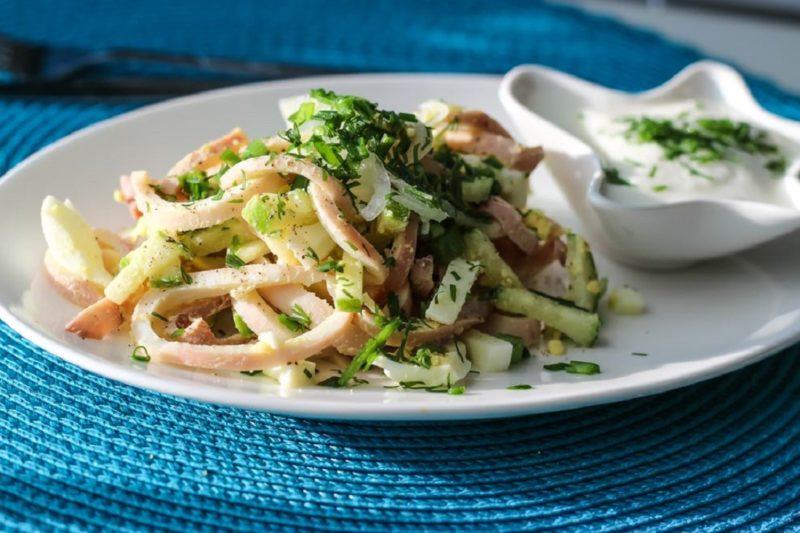 Сытный и очень вкусный салат с кальмарами