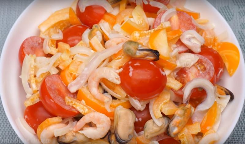 Легкий салат из морепродуктов со сладким перцем