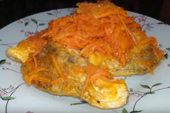 Филе щуки, запеченное в приправленной морковно-луковой смеси