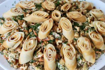 """Салат """"Кояш"""" – вкусный, сытный, украшенный блинами. Настоящее блюдо-праздник."""