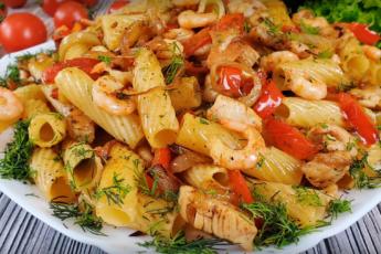 Салат с обжаренной курицей и креветками