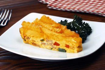 Пирог из картофеля фри с яйцом и сыром «Выбор богемы»