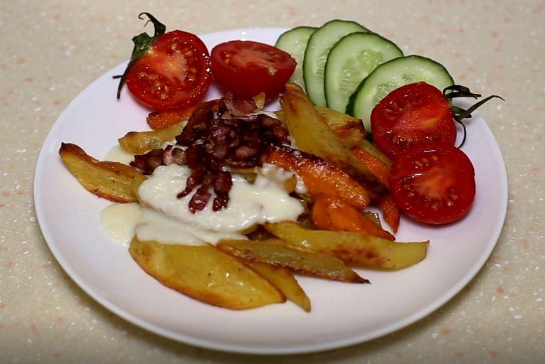 Картофель, запеченный в духовке с беконом и сырным соусом
