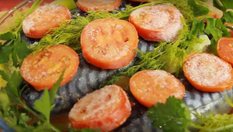 Ароматная, божественная скумбрия под красочным овощным «покрывалом» – лучший обед для любителей рыбы