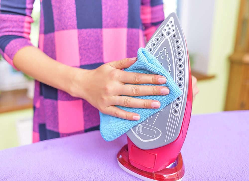 Простые и эффективные способы очистки утюга внутри и снаружи
