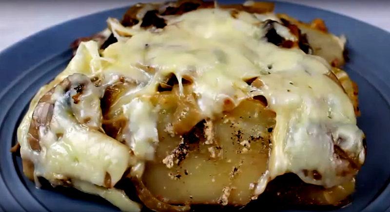Мясо с картофелем и грибами под сыром