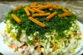 "Салат ""На траве дрова"". Слоеный салат с сухариками."