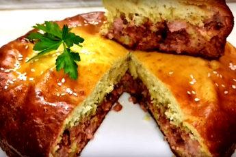 Минимум продуктов: 4 – в тесто, 2 – в начинку. Самый простой пирог на кефире с мясом. Обалденно!