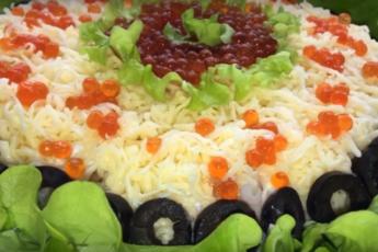 Легкое блюдо из листьев салата и кальмаров
