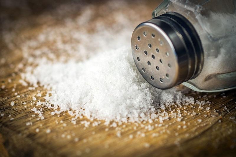Водопроводчик: «Засыпь соль в трубы 1 раз и посмотри. Потом всегда делать так будешь!». Каменная соль абсолютно безвредна и намного дешевле моющих средств.