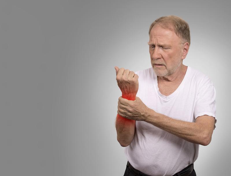 Мочевая кислота — естественное вещество в нашем в организме. Она представляет собой микроскопические кристаллы солей натрия, которые формируются в печени и выводятся из организма почками. Сама по себе она не токсична. Но когда в работе организма появляются сбои,концентрация мочевой кислотыповышается.