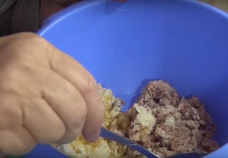Из банки сардин и стакана риса получается целая тарелка даров моря! Попробуй вместо котлет.