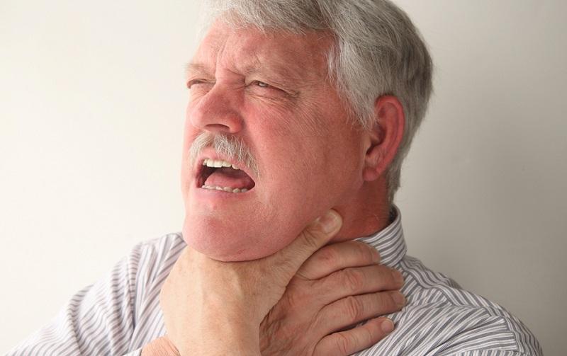 Что-то застряло в горле, а рядом нет врача? Прием Геймлиха спасет жизнь и взрослого, и ребенка. Просто правильно сложи руки и надави куда надо