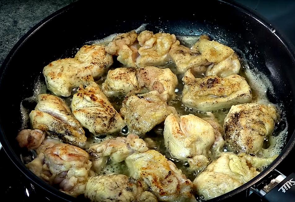Обжариваем курицу на сливочном масле. Только до корочки, дольше не надо, она будет еще подвергаться термической обработке. Вынимаем ее
