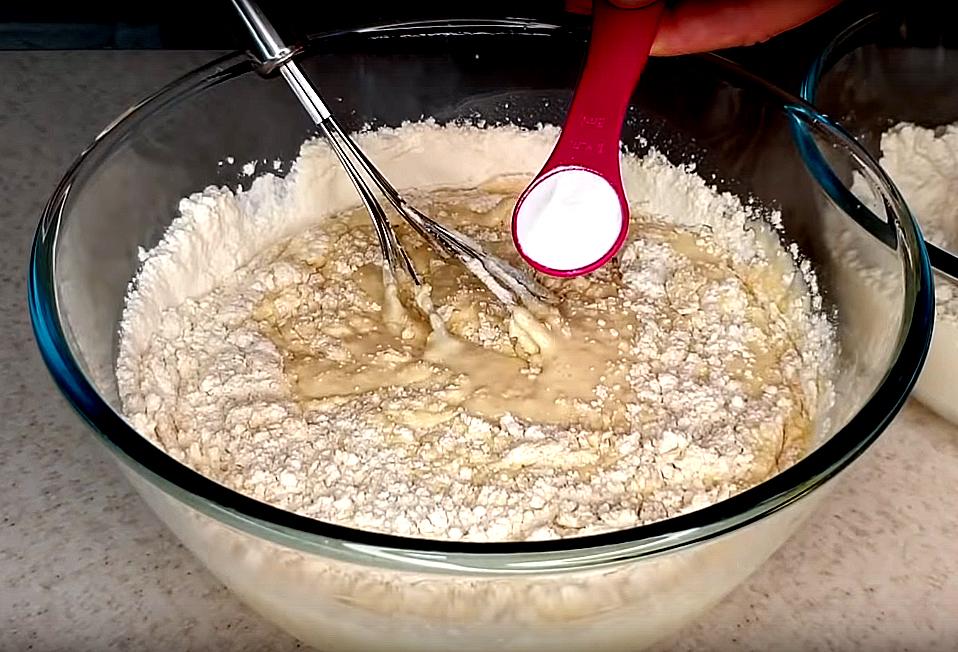 Кладем соду, тесто станет увеличиваться благодаря реакции соды и кефира