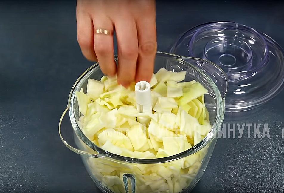 Лук и капусту вместе с сырым яйцом измельчаем в блендере