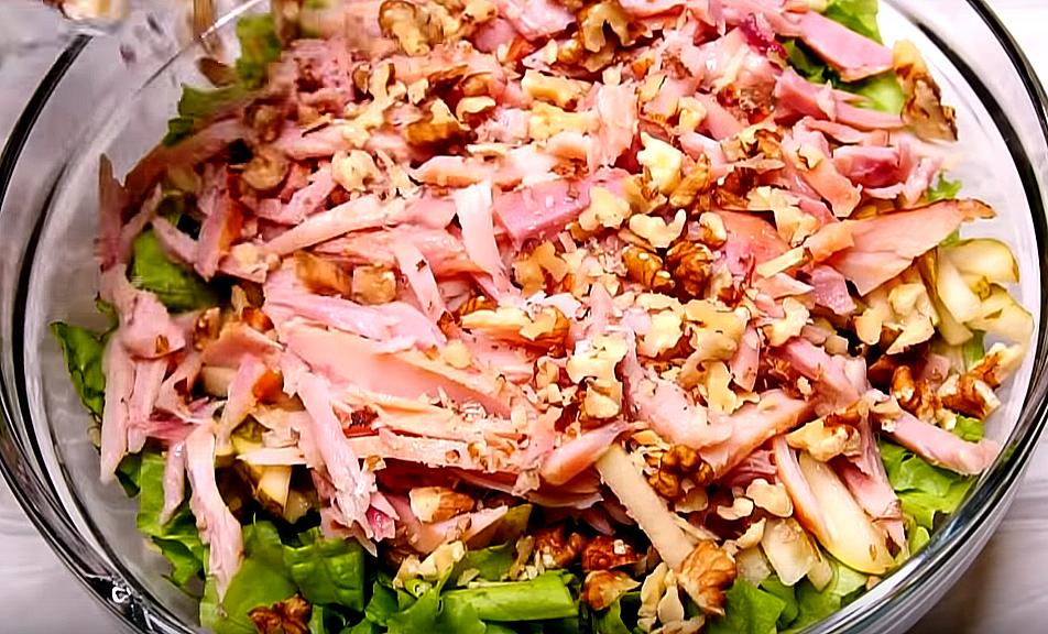 И осталось собрать салат! В миску кладем зеленые листья и все, что мы нарезали - мясо, фрукты и орехи
