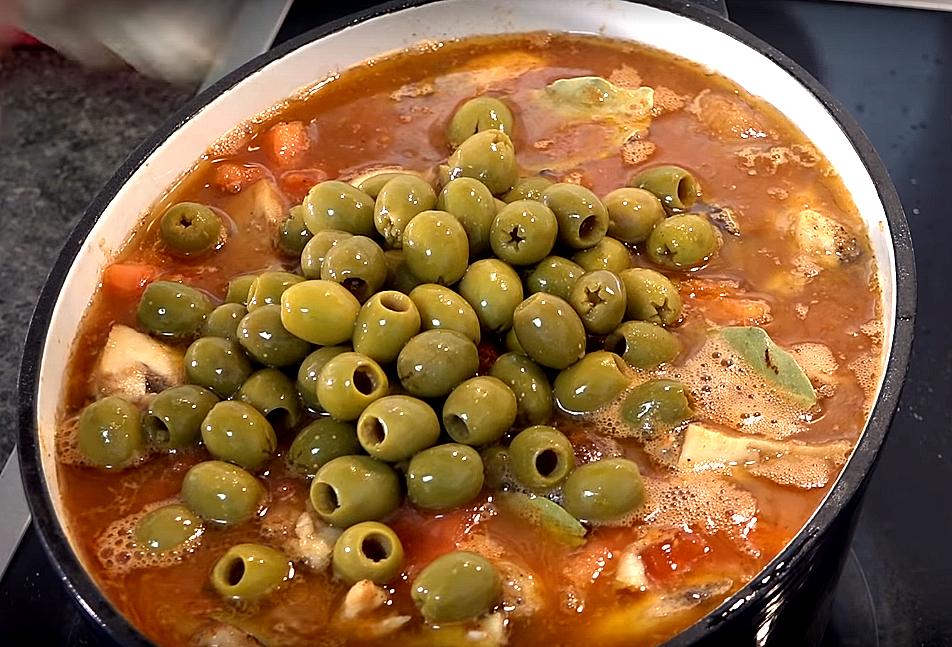 Добавляем «лаврушку», бульон и оливки