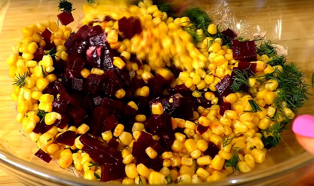 Все выкладываем в салатник к рыбной смеси – свеклу, кукурузу, лук, укроп (то, что нарезали)...