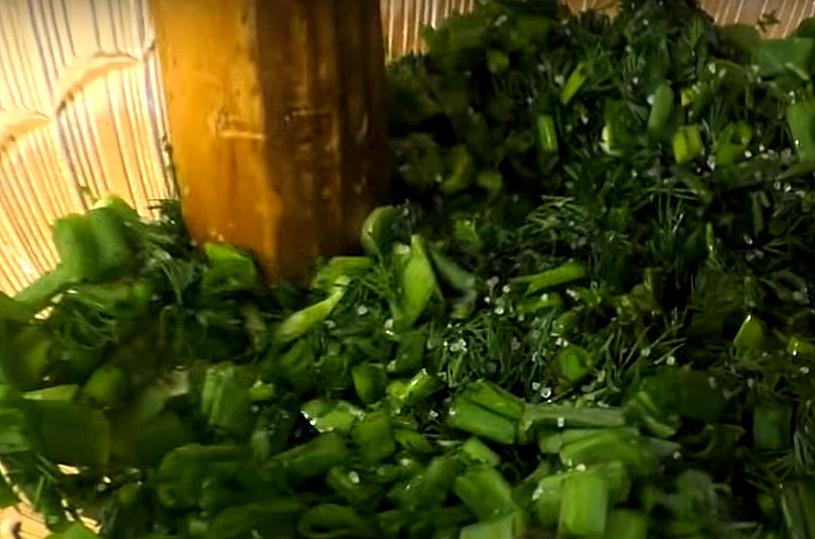 Присаливаем и растираем, чтобы лук с укропом выделили все свои эфирные масла. Да и так будет намного ароматнее