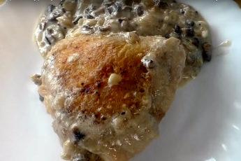 Натерли курицу крахмалом, смешали с грибной массой... Муж весь вечер бегал к сковороде!