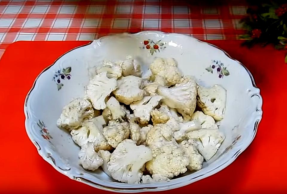 Запекаем капусту. Разбираем ее на соцветия, немного измельчаем, сбрызгиваем маслом, добавляем соль, перец и перемешаем. Стараемся промазывать каждый кусочек