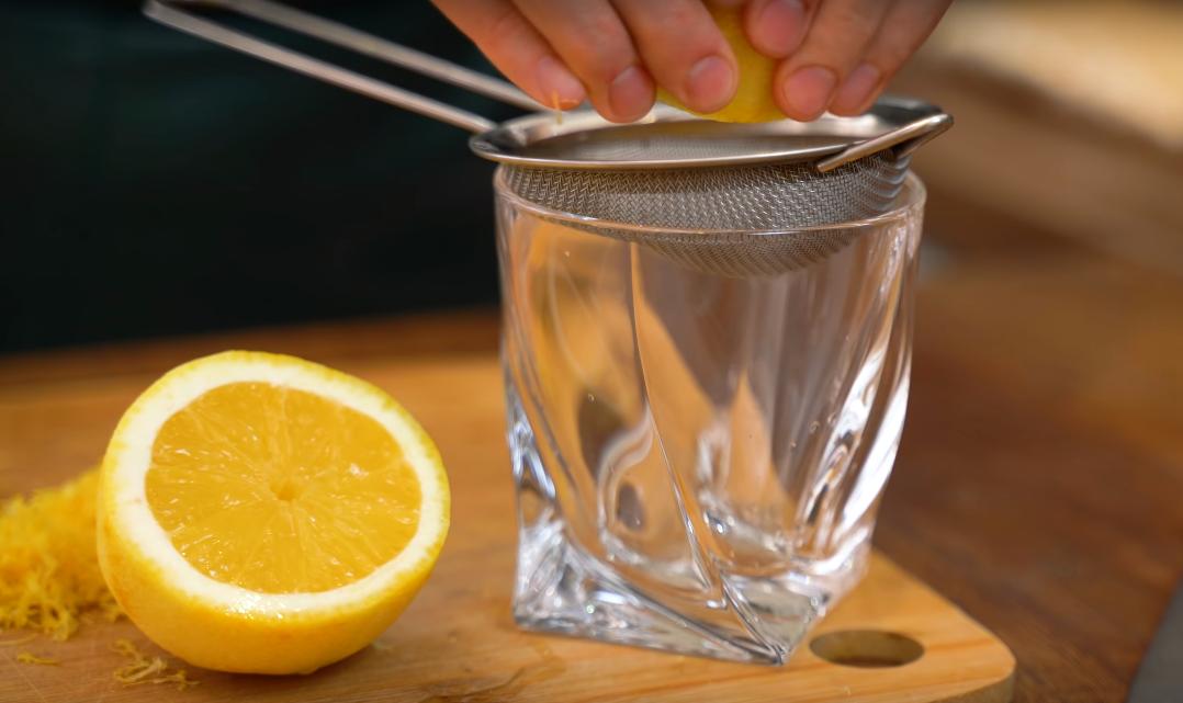 Теперь самое время приготовить лимонный курд. Берем лимон, натираем цедру, выжимаем из фрукта сок