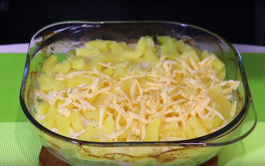 Присыпаем наше подготовившееся блюдо ананасами и сыром