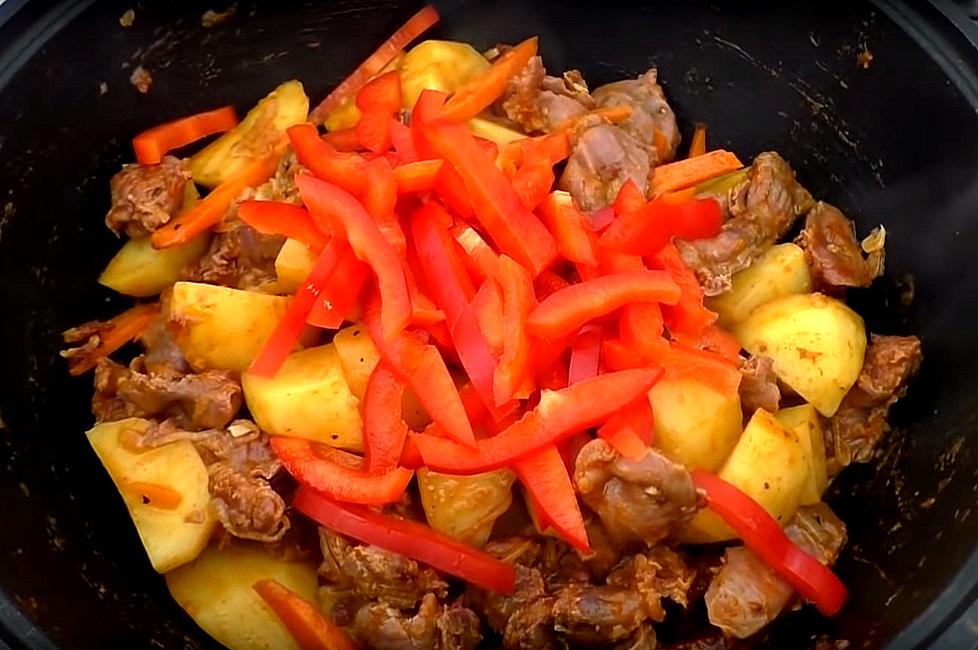 Сладкий перец режем и добавляем в мясо с овощами