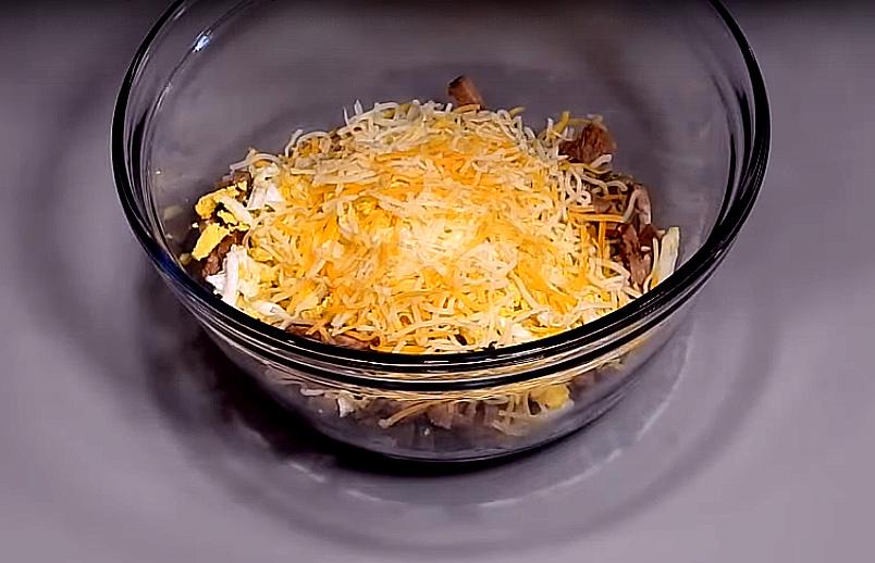 Сыр натираем, кладем 25 грамм (и ложечку оставим для украшения)