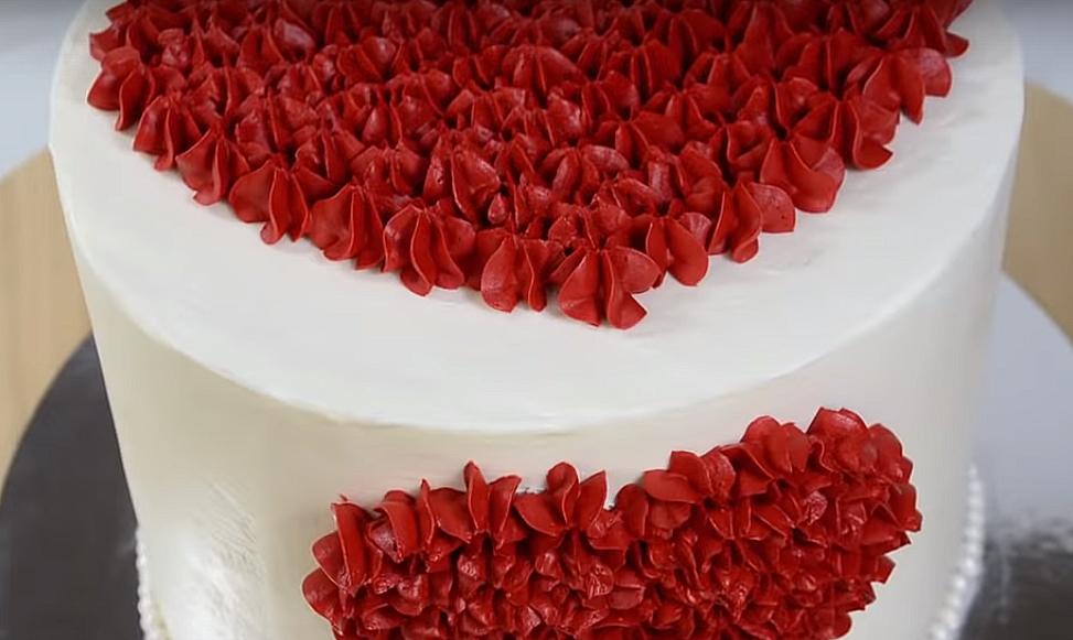 Универсальное покрытие для торта - взбитый ганаш. Хотите - рисуйте, хотите - покрывайте велюром