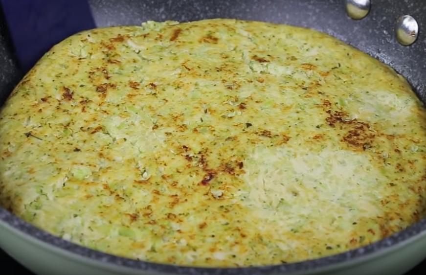 Наливаем тесто. На среднем огне готовим 5 минут, как появится внизу золотая корочка – переворачиваем